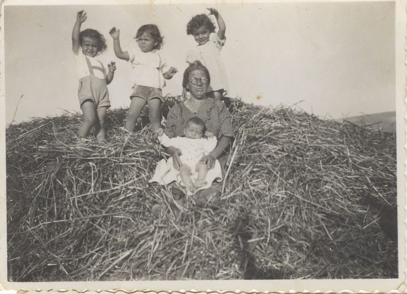 PikiWiki_Israel_7017_Grandmother_and_her_grandchildren_on_the_goren_at